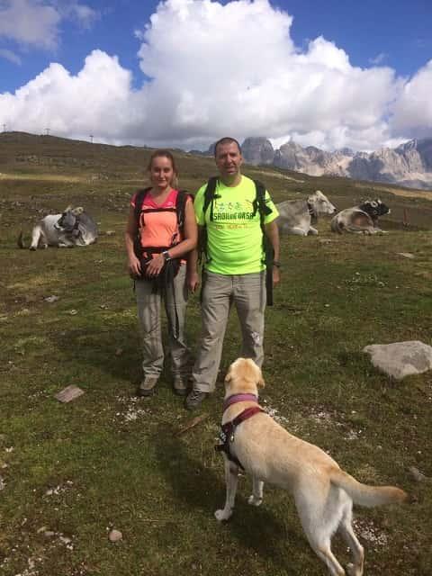 Michele e Daniela mentre si spostano sotto l'occhio vigile del loro cane guida Fucsia