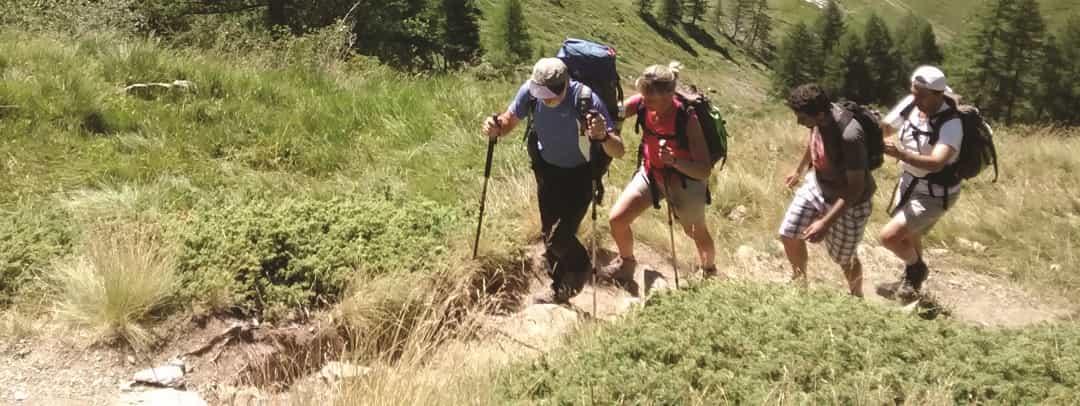 non vedenti camminano in montagna accompagnati dalle guide volontarie della Disabilincorsa Onlus