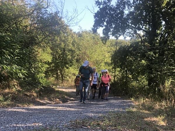 il gruppo cammina compatto in un tratto in salita poco prima di San Lorenzo