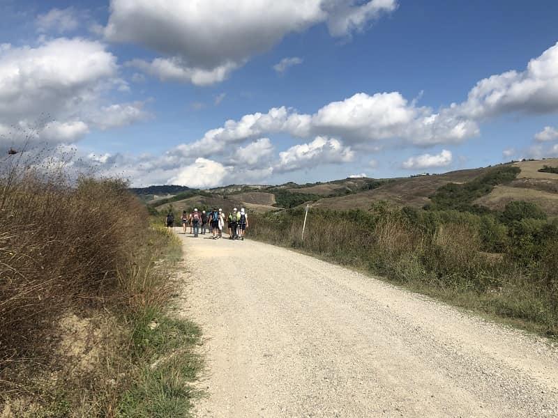 il gruppo di guide e non vedenti camminano verso la Toscana