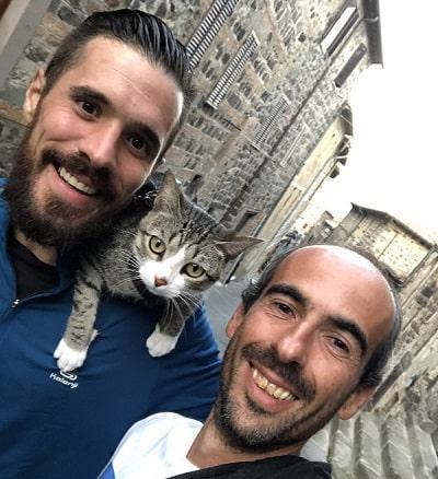 pellegrino spagnolo che percorre i cammini storici in sella alla sua bicicletta in compagnia del suo bellissimo gatto