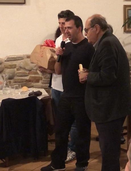 Michele Pavan parla al microfono assieme al direttore di CRI Como