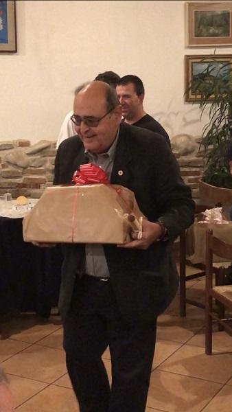 il direttore di CRI Como con il pacco contenente il defibrillatore