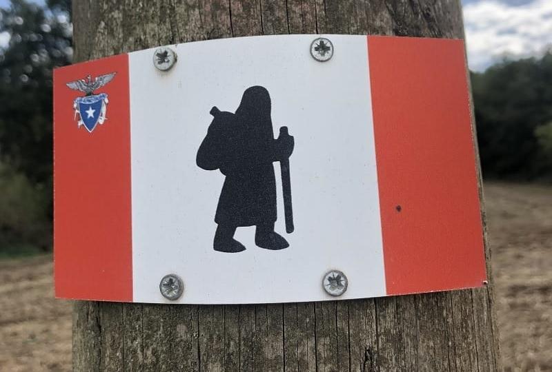 simbolo raffigurante un pellegrino con zaino e bastone: simbolo che segnala la via Francigena