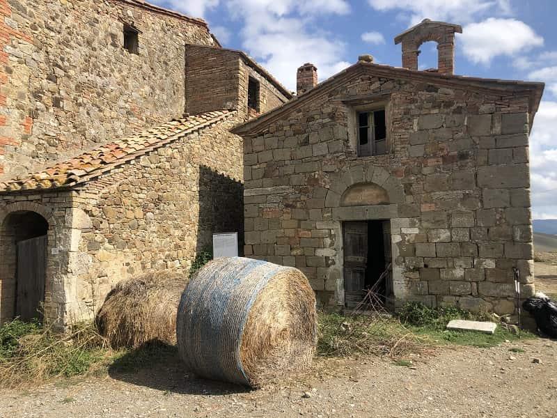 chiesa abbandonata tra le stupende campagne toscane